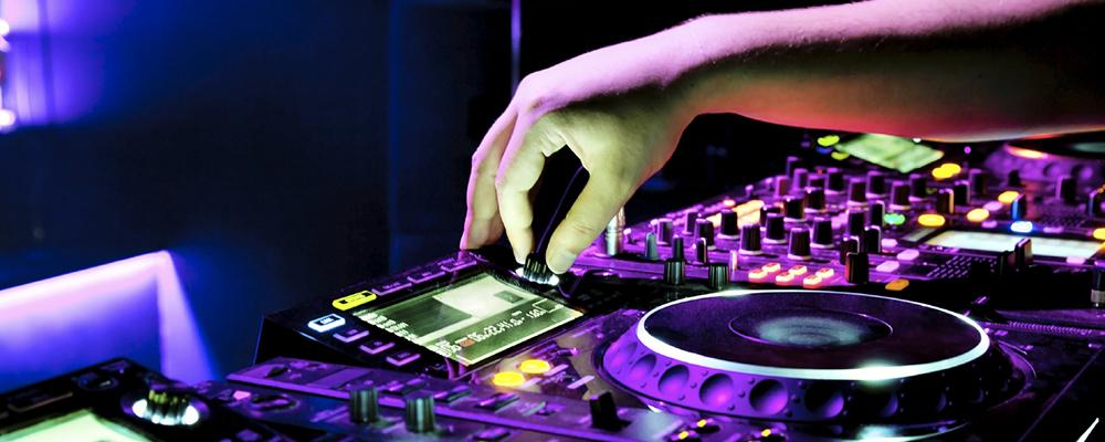 O DJ mistura a trilha no clube nocturno em um partido